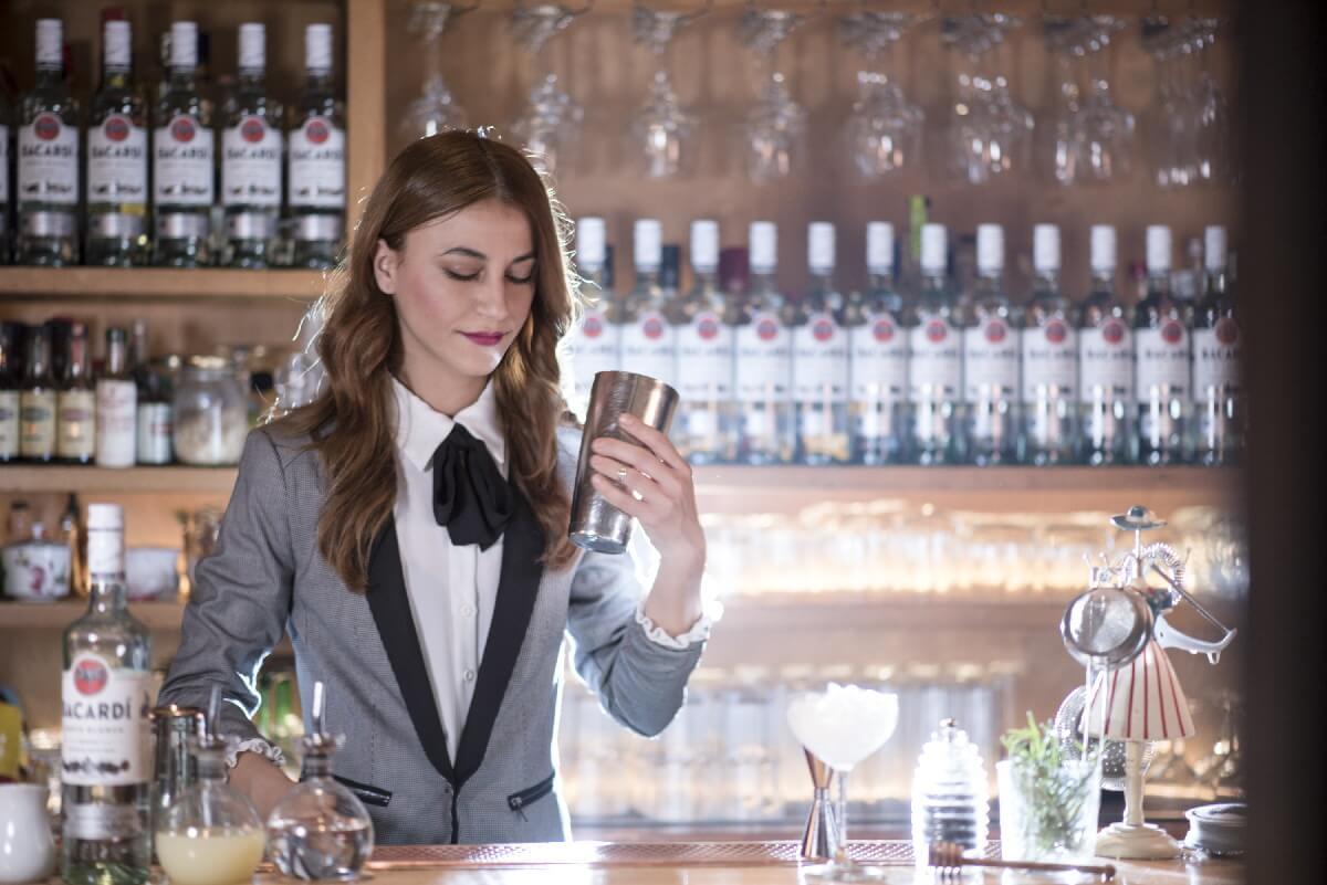 Λορέτα Τόσκα barwoman
