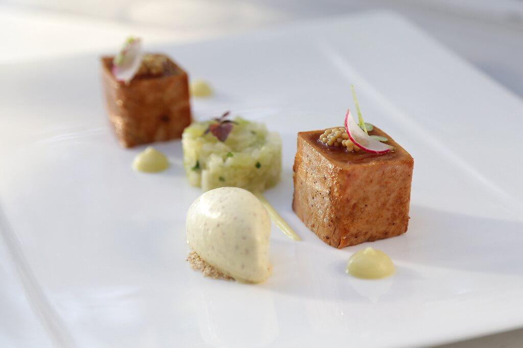 Τονολακέρδα τατάκι,πίκλες λαχανικών, ξινόμηλο με κάρυ και παγωτό μουστάρδα
