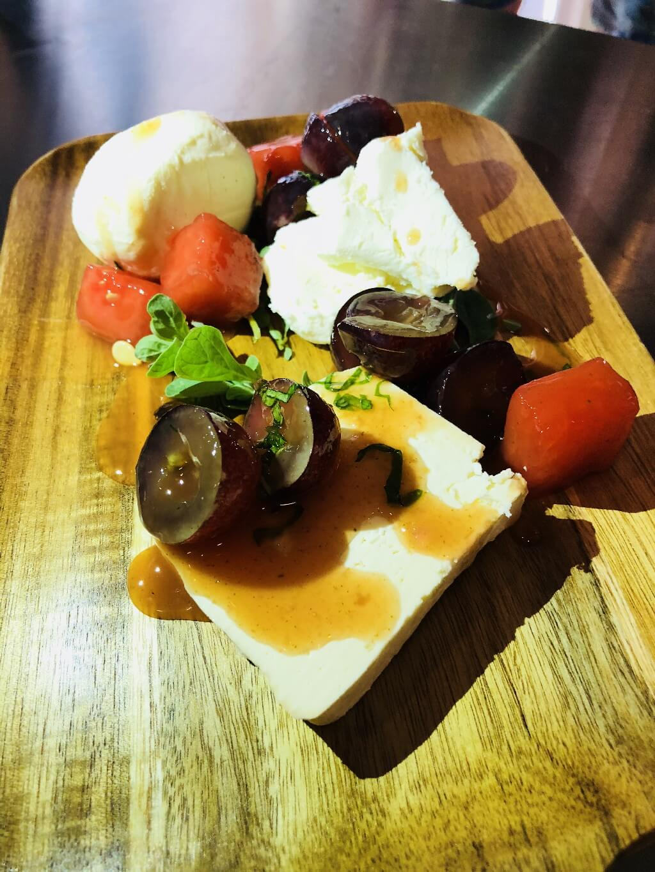 Ανδριώτικα τυριά:Βικάκι, Πετρωτά και κοπανιστή συνοδεύονται με μαριναρισμένο καρπούζι και σταφύλι με δυόσμο