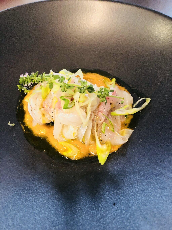 Καρπάτσιο τσιπούρας μαριναρισμένοo σε κρέμα ελληνικής σαλάτας