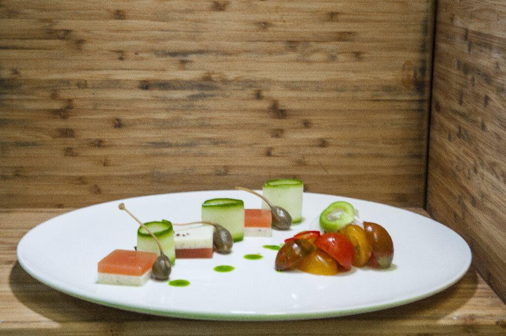 Ελληνική σαλάτα με πανακότα φέτας τομάτας, χρωματιστά τοματίνια και σκόνη ελιάς Καλαμάτας
