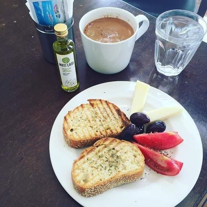 Προζυμένιο ψωμί με τα μανιάτικα λαλάγγια, συνοδευόμενα φυσικά από ελιές Καλαμών