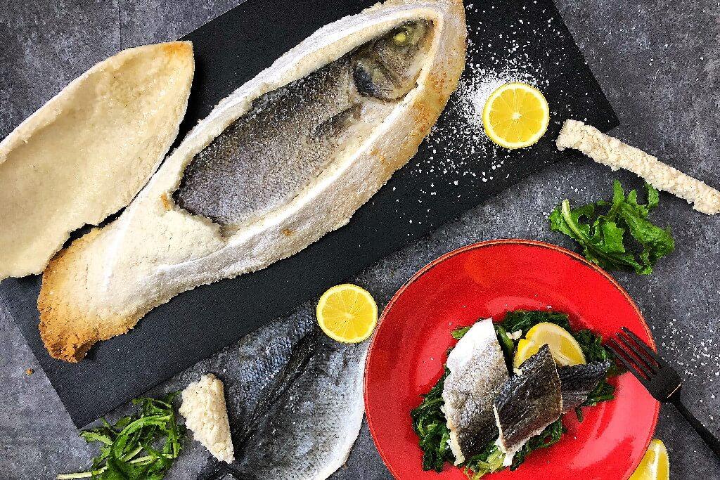 Ψάρι σε κρουστά αλατιού με χόρτα και ζεστό αρωματικό λαδολέμονο