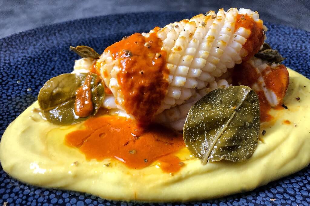 Kαλαμάρι με κρέμα φάβας ξιδάτα καπάρο φύλλα και αρωματική σάλτσα τομάτας με ούζο