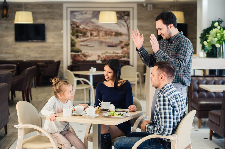 Οικογενεια στο εστιατόριο