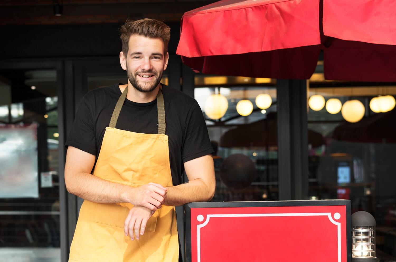Σερβιτόρος χαμογελάει